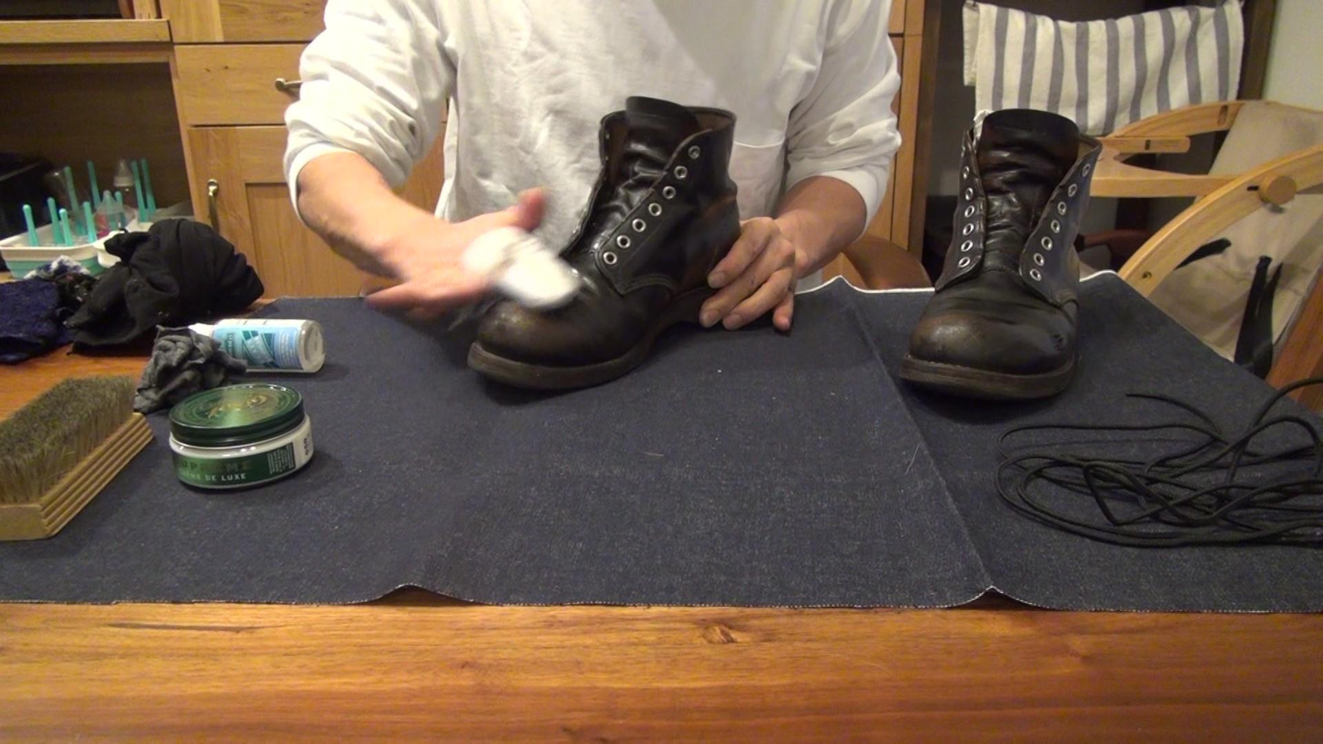 レッドウィング9870 靴磨き ウェスで拭きとる